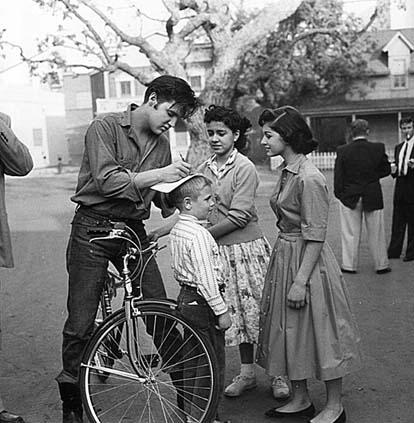 Elvis Presley picture with fans in street
